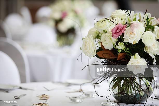 Tischdekoration mit Blumenmuster
