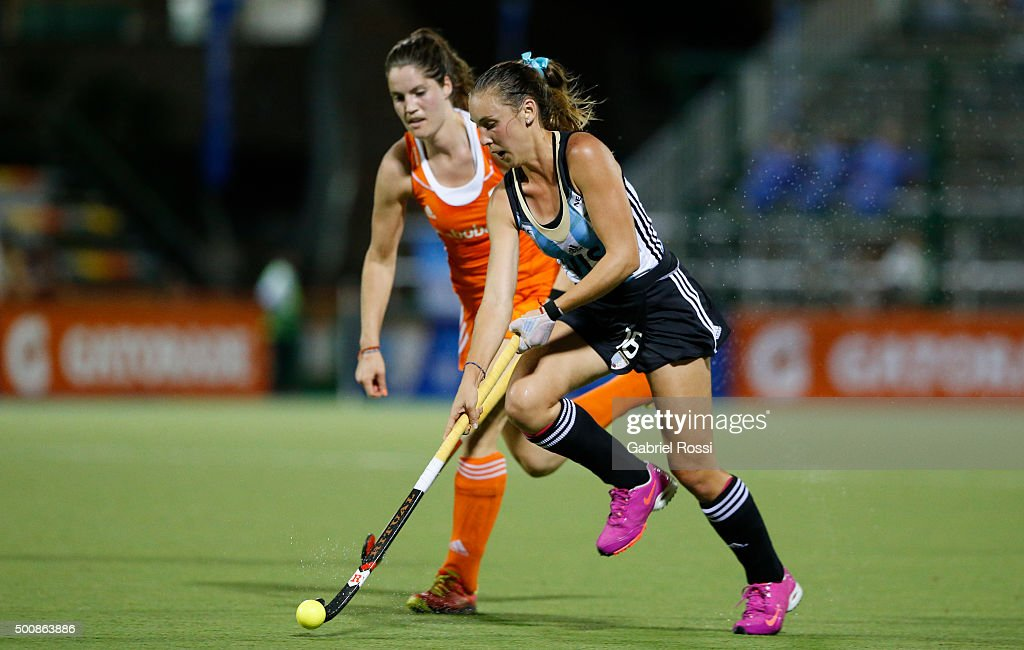 <a gi-track='captionPersonalityLinkClicked' href=/galleries/search?phrase=Florencia+Habif&family=editorial&specificpeople=8840674 ng-click='$event.stopPropagation()'>Florencia Habif</a> of Argentina drives the ball during a match between Netherlands and Argentina as part of Day 6 of the Hockey World League Final Rosario 2015 at Mundialista Stadium on December 10, 2015 in Rosario, Argentina.