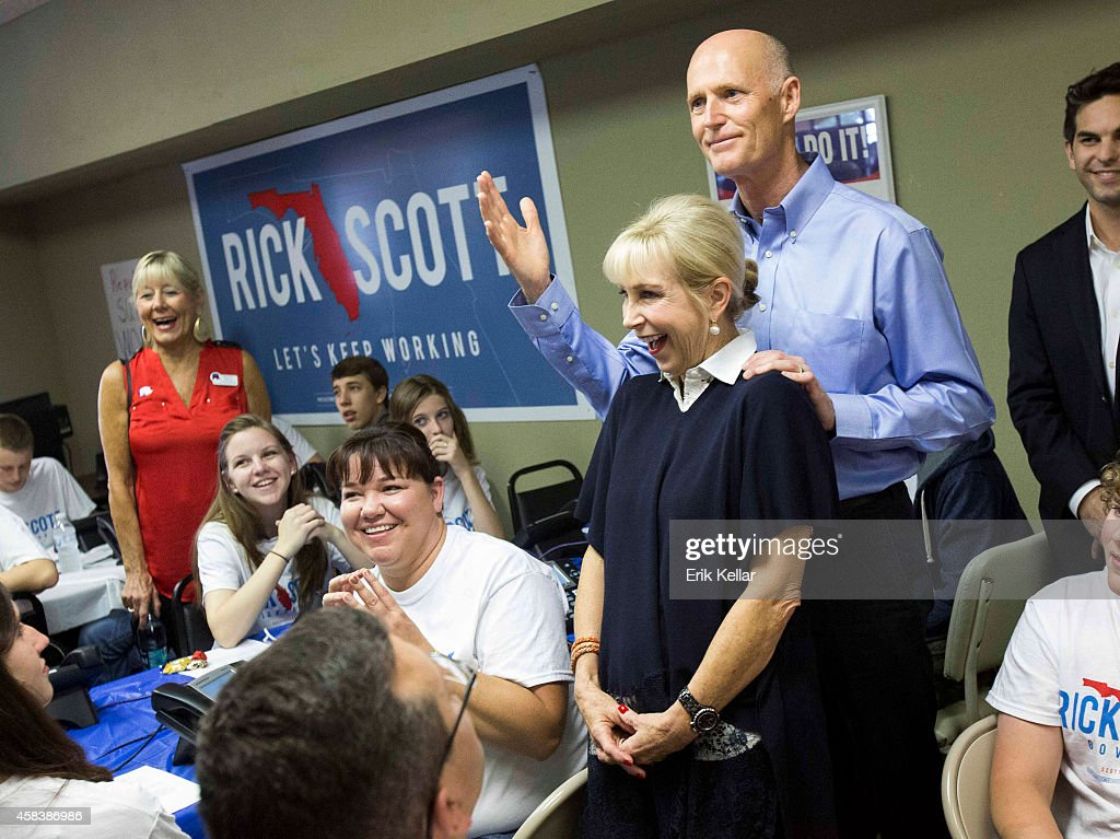 Florida Gov. <a gi-track='captionPersonalityLinkClicked' href=/galleries/search?phrase=Rick+Scott+-+Politiek&family=editorial&specificpeople=2370892 ng-click='$event.stopPropagation()'>Rick Scott</a> (2nd L) and his wife Ann Scott stop by a Republican call center to rally campaign workers November 4, 2014 in Fort Myers, Florida. <a gi-track='captionPersonalityLinkClicked' href=/galleries/search?phrase=Rick+Scott+-+Politiek&family=editorial&specificpeople=2370892 ng-click='$event.stopPropagation()'>Rick Scott</a> is running in a tight race against opponent and former Florida Gov. Charlie Crist the Democratic challenger.