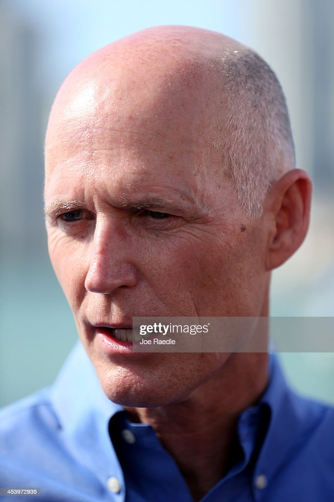 Florida Governor Rick Scott address the media after touring the site of hte start-up - florida-governor-rick-scott-address-the-media-after-touring-the-site-picture-id453972935