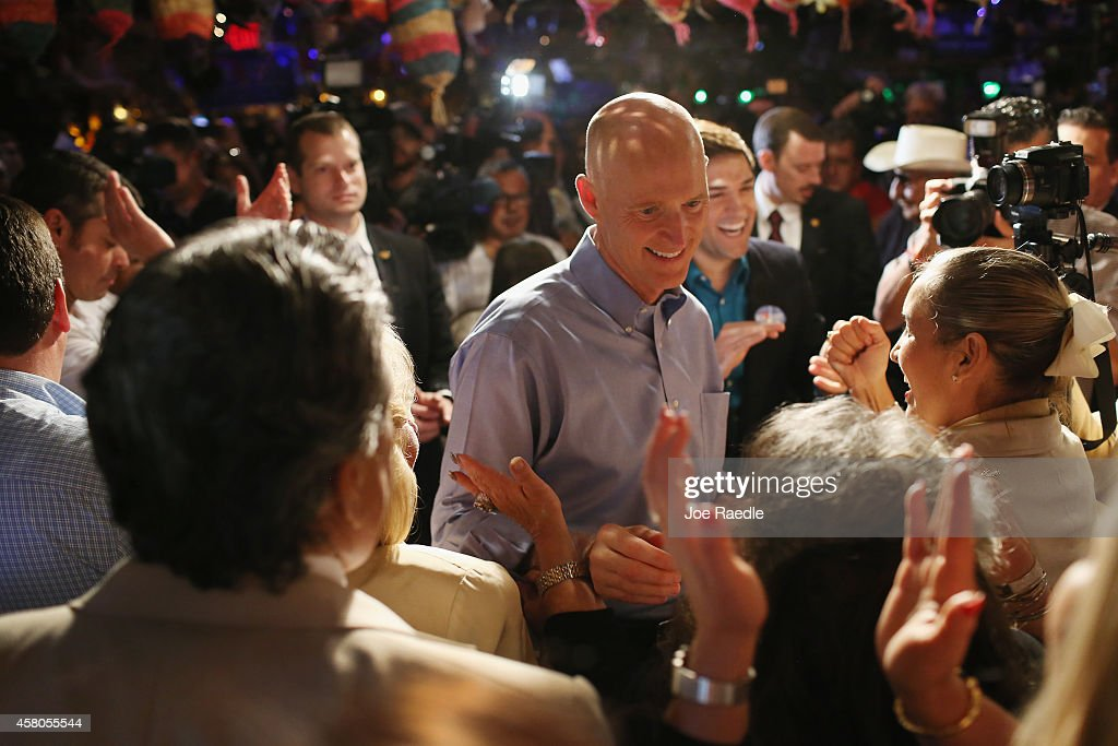 Florida Governor <a gi-track='captionPersonalityLinkClicked' href=/galleries/search?phrase=Rick+Scott+-+Politiek&family=editorial&specificpeople=2370892 ng-click='$event.stopPropagation()'>Rick Scott</a> makes a campaign stop at Pueblito Viejo restaurant on October 29, 2014 in Miami, Florida. Republican Governor <a gi-track='captionPersonalityLinkClicked' href=/galleries/search?phrase=Rick+Scott+-+Politiek&family=editorial&specificpeople=2370892 ng-click='$event.stopPropagation()'>Rick Scott</a> is in a race against former Florida Governor Charlie Crist in the November 4, 2014 election.