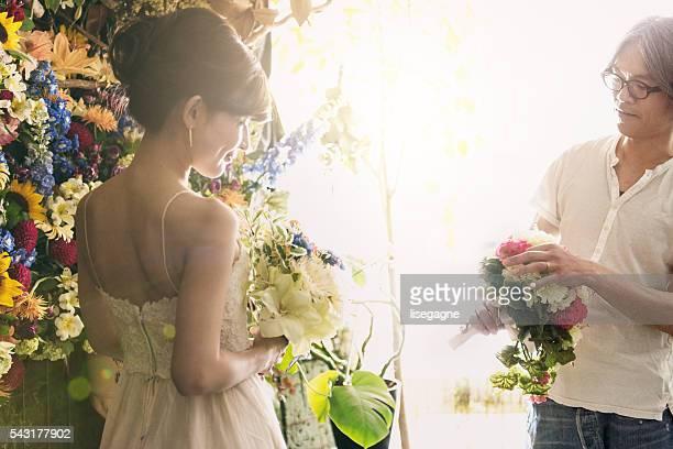 Blumenhändler mit japanischen Braut