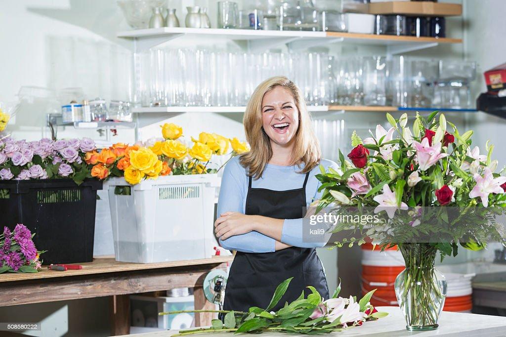 Florist working on flower arrangements : Stockfoto