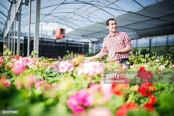 Fleuriste propriétaire montrant les fleurs pour l'ouverture cerimony