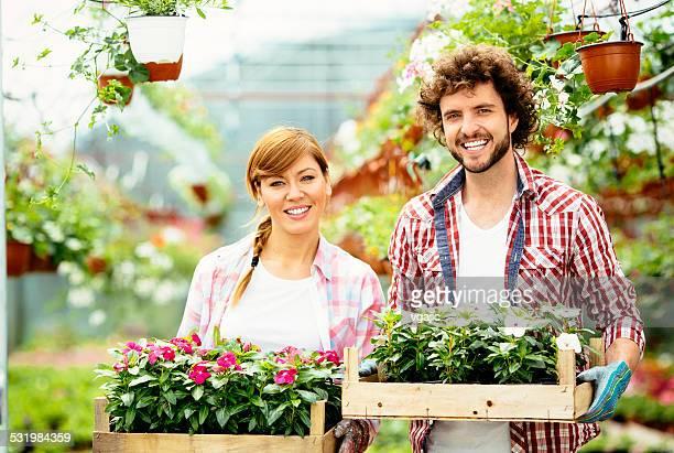 Fleuriste travaillant sur Nursery le jardin.
