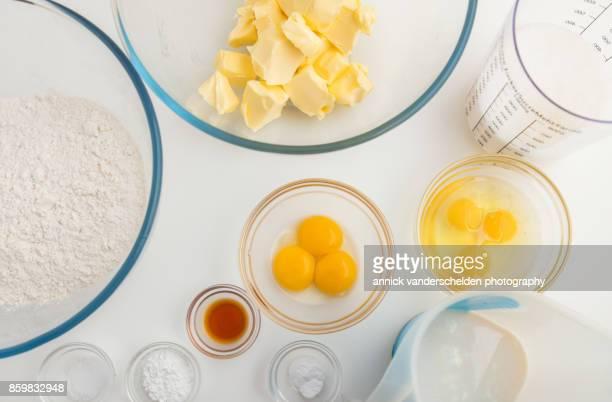 Flour, salt, baking powder, baking soda, vanilla, butter, eggs, buttermilk and milks as ingredients cake.