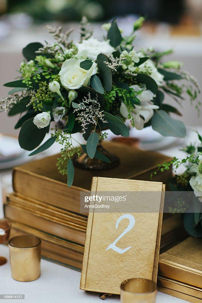 Arranjo de flores com tabela número dois : Foto de stock