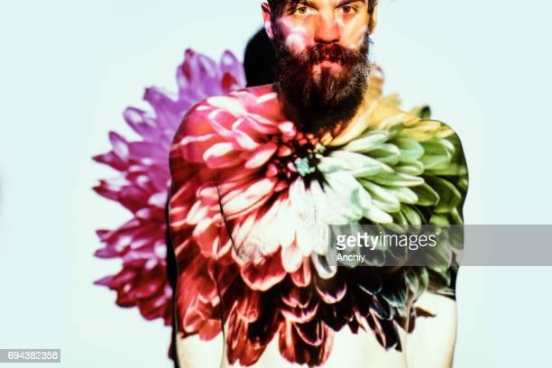 Bloem uit blooming bebaarde man's borst.