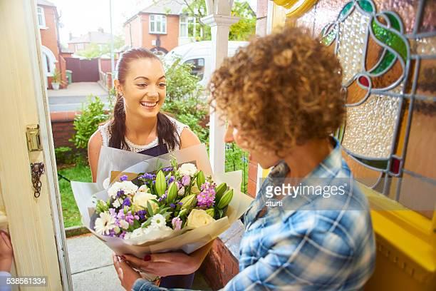 お花のお届けの少女