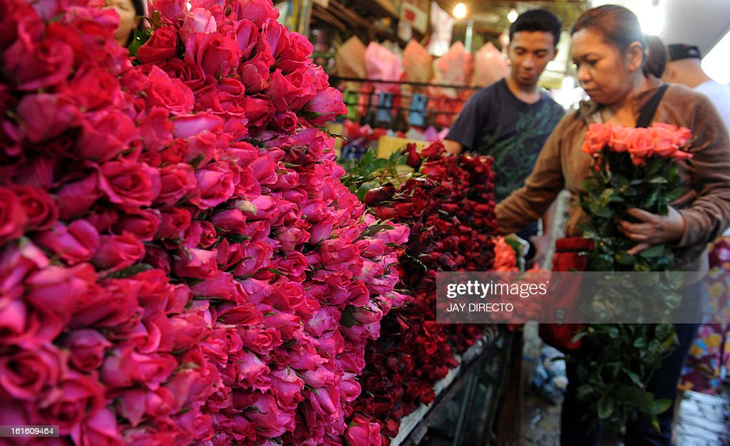 Flower shop owners buy wholesale flowers on the eve of Valentines' Day in Manila on February 13, 2013. Filipinos traditionally mark February 14 with romantic expressions with flowers and other gifts. AFP PHOTO / Jay DIRECTO