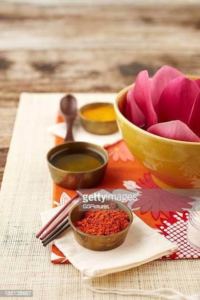 Fleurs et de la poudre de bois de santal, au curcuma, Huile d'encens sur surface en lin
