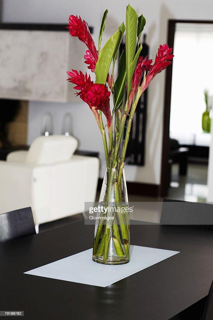 Flower vase on a table : Foto de stock