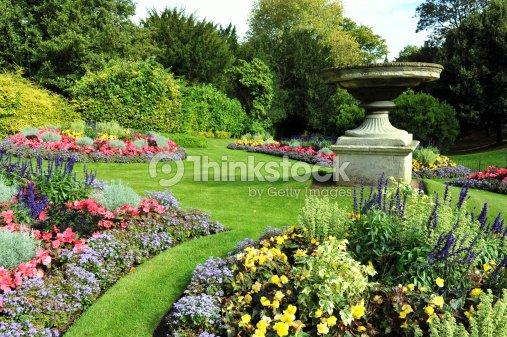 Des Parterres Dans Un Jardin Classique Photo Thinkstock
