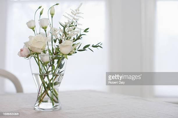 花瓶と花のテーブル