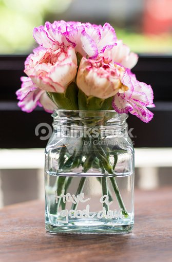 blumen in vase auf tisch stock foto thinkstock. Black Bedroom Furniture Sets. Home Design Ideas