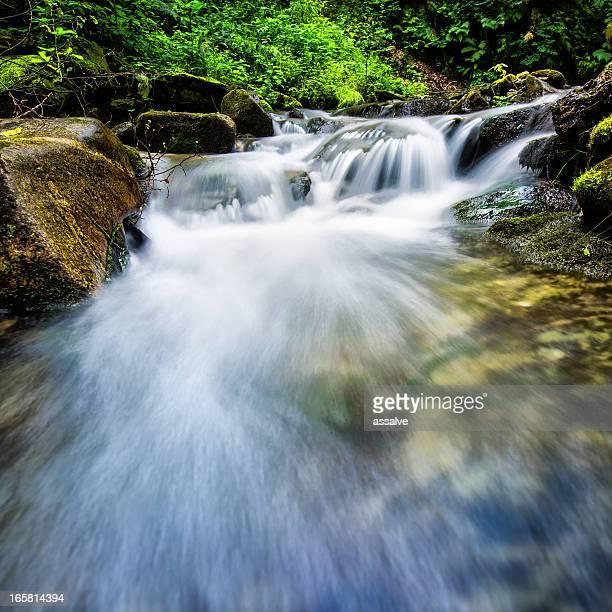 Fließendes Wasser in kleinen Fluss