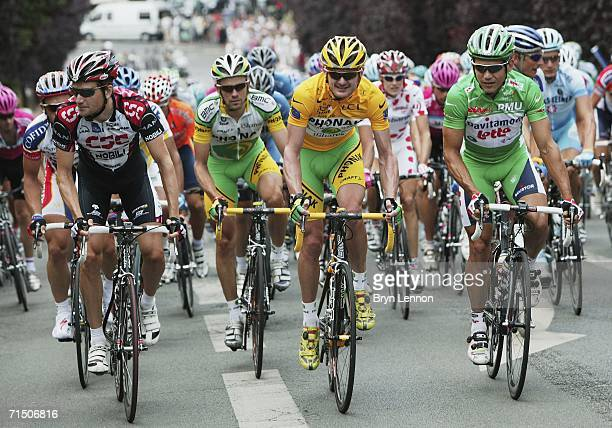 Floyd Landis of the USA and Phonak chats to Robbie McEwen of Australia and DavitamonLotto at the start of the final stage of the 93rd Tour de France...