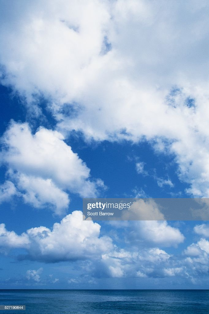 Fluffy clouds over the ocean : Stock-Foto