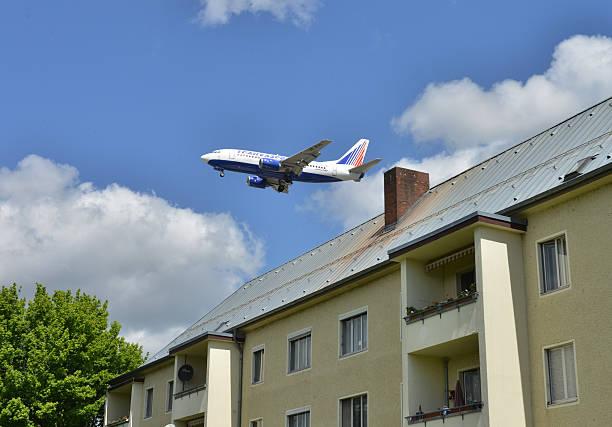 Fluglaerm Flugzeug Wohnhaus Kurt Schumacher Damm Tegel Berli