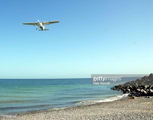 Flugzeug beim Landeanflug auf der Düne Insel Helgoland SchleswigHolstein Deutschland Europa Nordsee Strand Reise