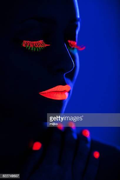Maquillaje fluorescente bajo la luz ultravioleta.
