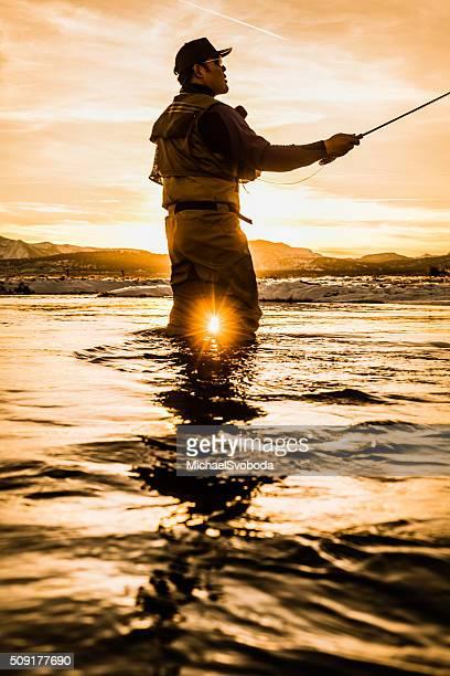 高粘着フライフィッシャーマン」では、川に沈む夕日