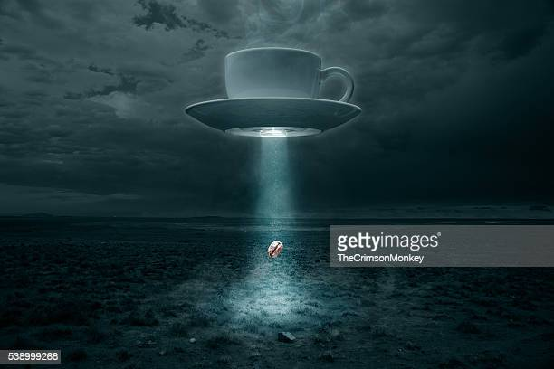 Flying tasse et la soucoupe Abducting un grain de café