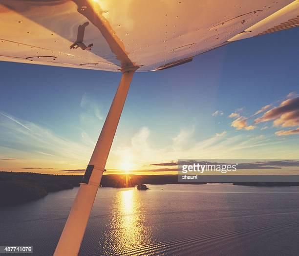 Avion dans le ciel du soir