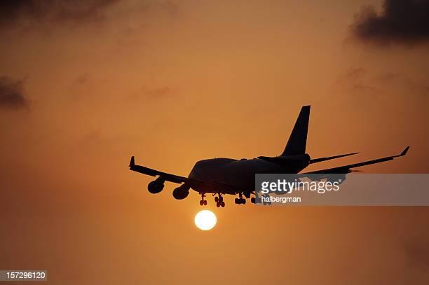 Flugzeug in den Sonnenuntergang