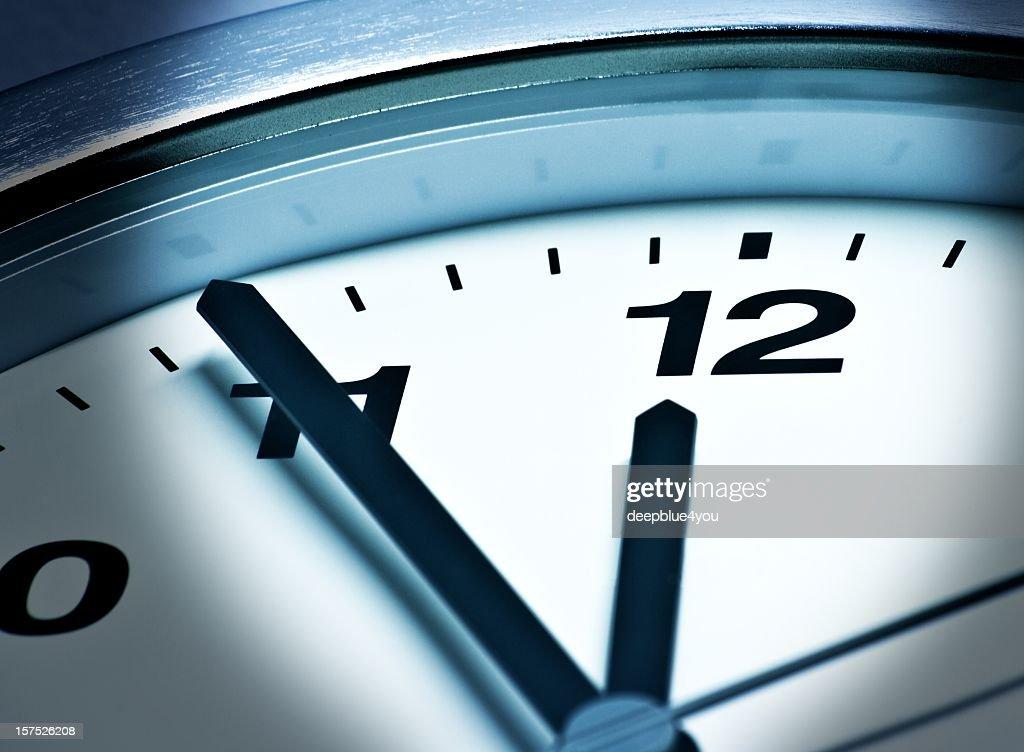 Fünf vor zwölf,  23:55, 11:55, It is high time