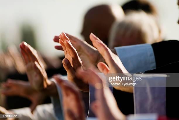 Concentrarsi su un gruppo di persone mani di esecuzione di Tai Chi si sposta