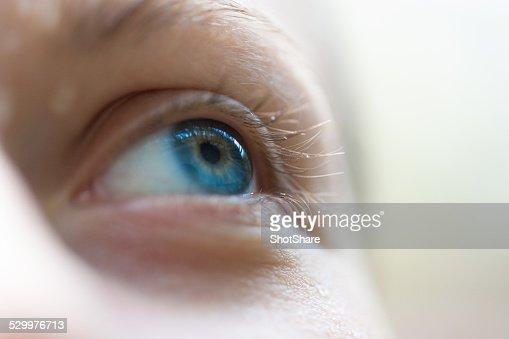 青い目に焦点
