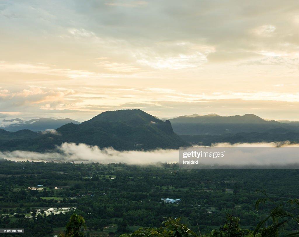 Nube de niebla y montaña : Foto de stock