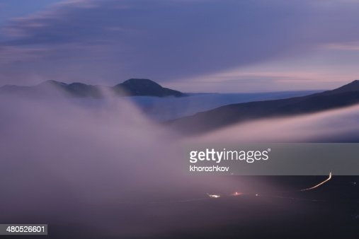 Foggy mountain valley vor Sonnenaufgang : Stock-Foto