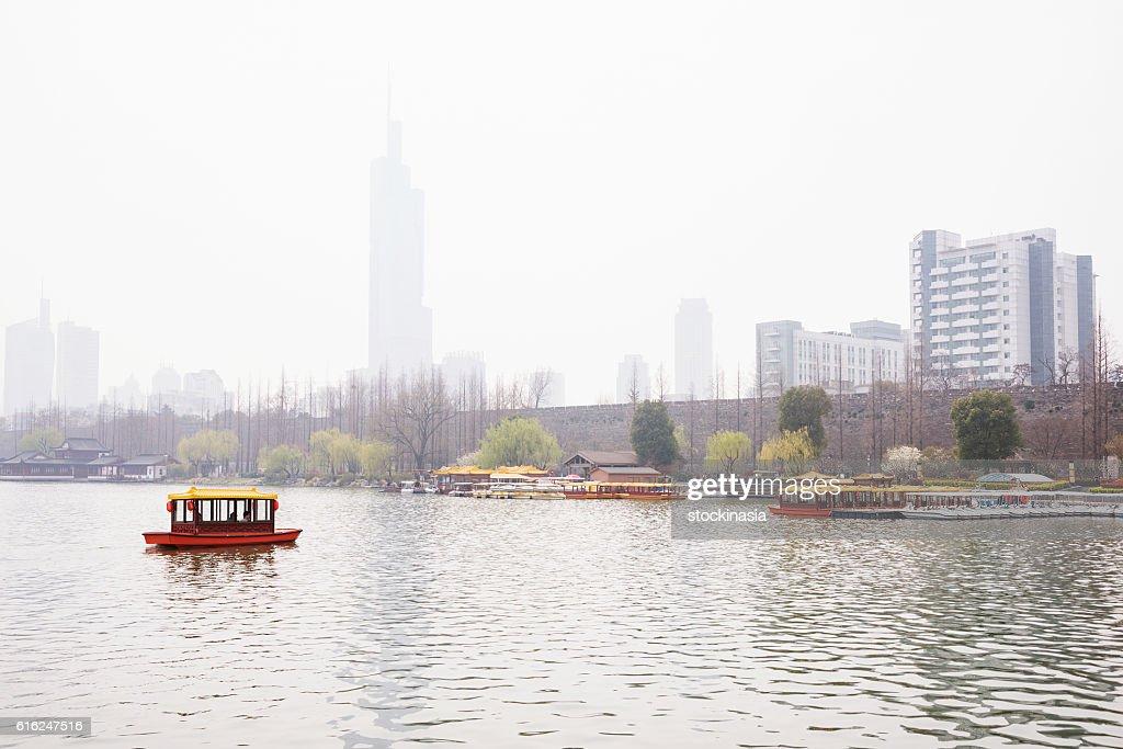 Foggy scene of a boat in the lake : Foto de stock