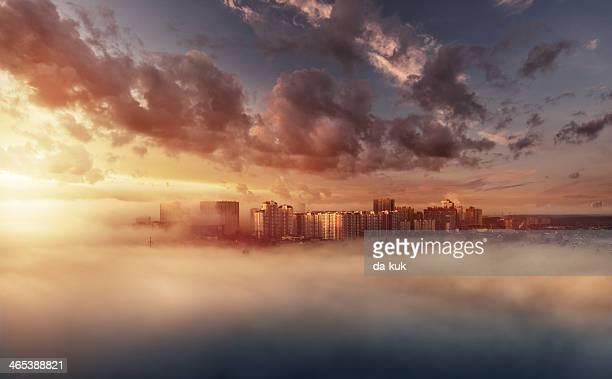 霧の朝の街並み