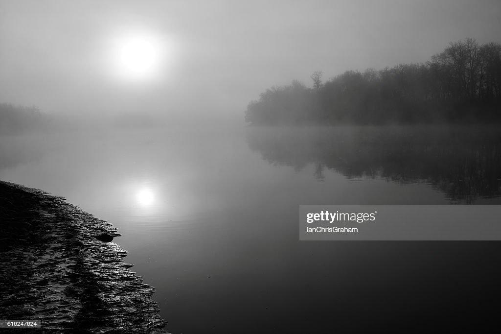 Brumoso amanecer : Foto de stock