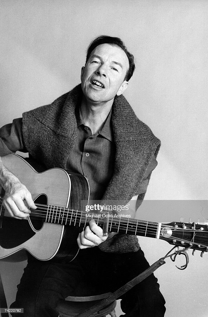 Folk Singer <a gi-track='captionPersonalityLinkClicked' href=/galleries/search?phrase=Pete+Seeger&family=editorial&specificpeople=213821 ng-click='$event.stopPropagation()'>Pete Seeger</a> poses during a photo session circa 1963.