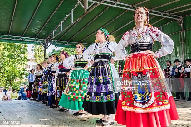 Folklore danseurs chantant sur une plate-forme
