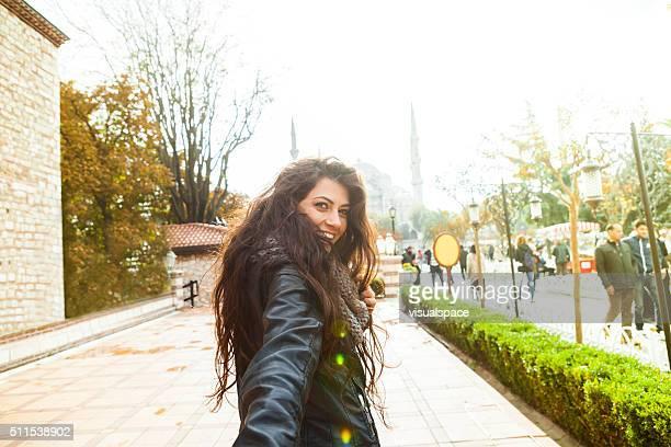 Folge mir auf der Straße von Istanbul