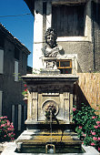 Sur la place Blanche de Cour à Mollans (Drôme), une fontaine surmontée d'une Marianne (1885) symbolisant la République Française.