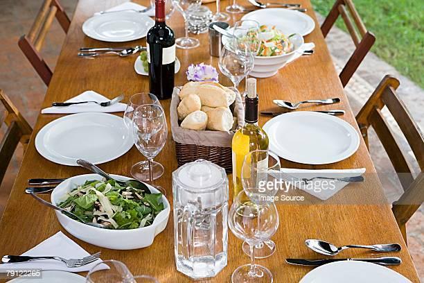 Essen und Trinken auf einem Tisch