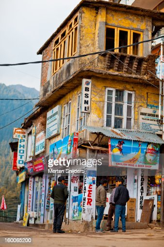 Food and Tourist shops on Bhagsu Road : Stock-Foto