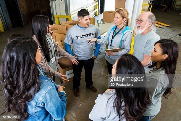 Banque alimentaire responsable de groupe de charité volontaires avant de voiture