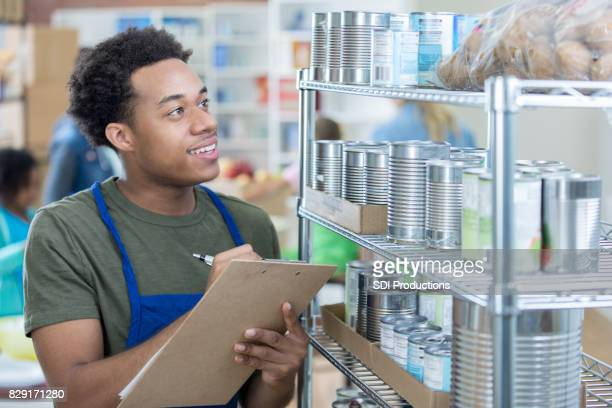 Food Bank Manager arbeitet am Lager