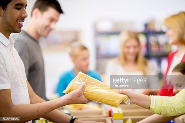 Le donazioni di cibo in un riparo