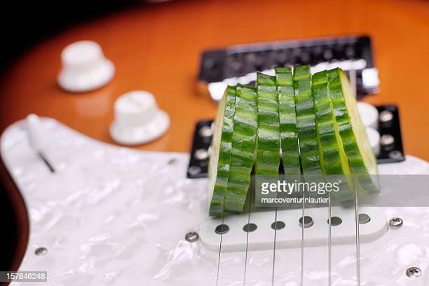 Food Musica con chitarra elettrica utilizzata per fetta di cetriolo