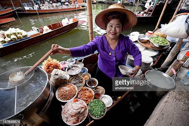 De fournisseur au Marché flottant de Damnoen Saduak, Thaïlande.