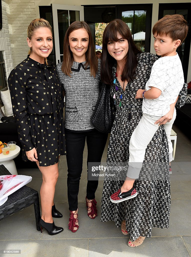Foodstirs Co-founder Sarah Michelle Gellar, Rachael Leigh Cook, and Selma Blair attend the Gilt & Foodstirs Exclusive Cupcake Kit Celebration on October 29, 2016 in Pacific Palisades, California.