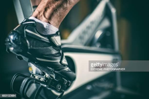Pied sur vélo stationnaire
